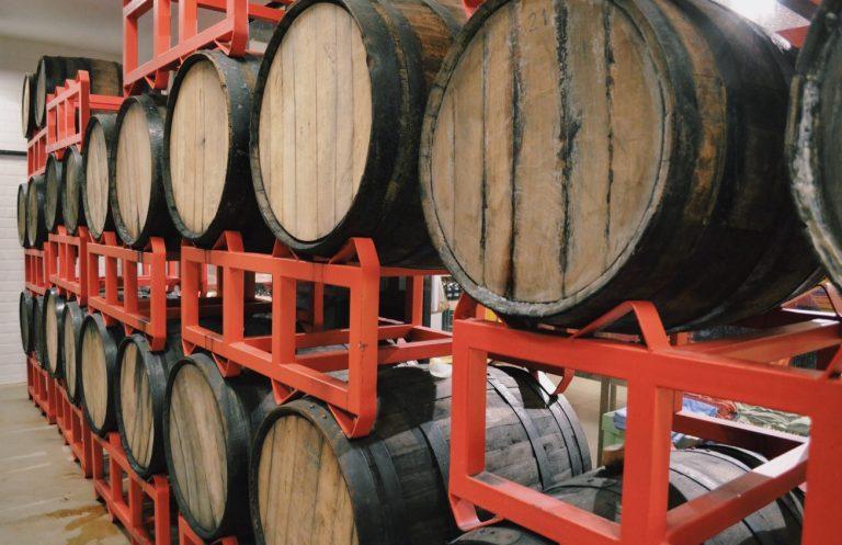 Envelhecimento de cerveja o que é a maturação da bebida em barril